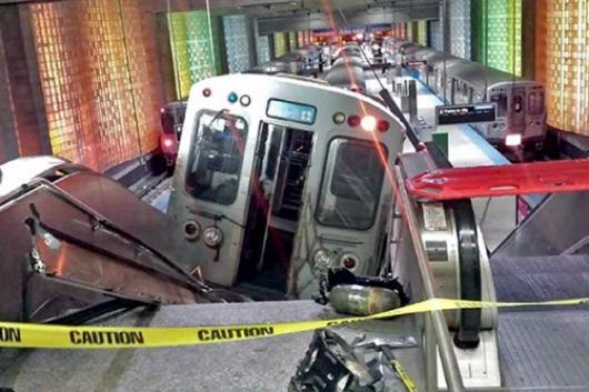 В Нью-Йорке в метро поезд сошел с рельсов