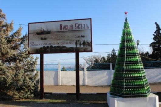 Елку из бутылок шампанского на Украине признали самой большой
