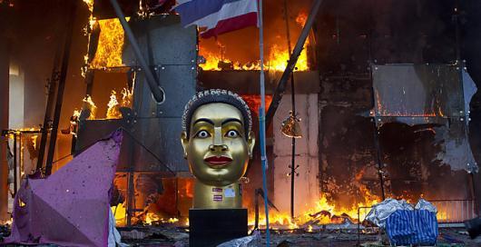 Туристам в Бангкоке выдают наклейки