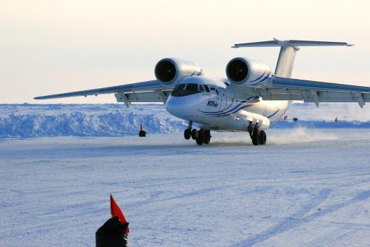 В Сибири пассажиры сдвинули с места перемерзший самолет